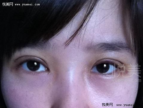 画了极细的眼线加睫毛膏